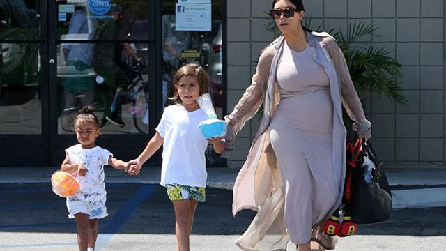 Kim ve Kourtney Kardashian'ın çocukları el ele doğum günü partisi yolunda!