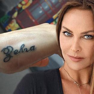 Hülya Avşar kızı Zehra'nın ismini eline yazdırdı