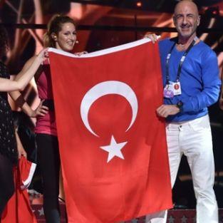Serhat Hacıpaşalıoğlu, Eurovision sahnesine Türk Bayrağı ile çıktı