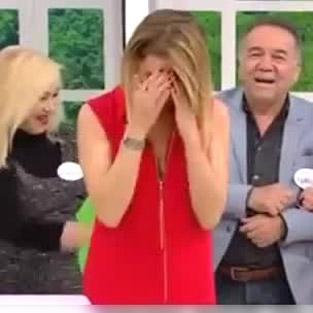Esra Erol'un canlı yayında elbisesinin fermuarı açıldı