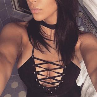 Kim Kardashian dekoltesiyle gecenin yıldızı oldu