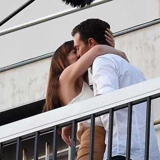 Dakota Johnson ve Jamie Dornan'ın balkon romantizmi