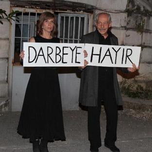 Genco Erkal'dan 'darbeye hayır' protestosu
