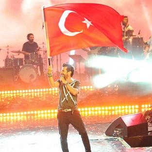 Kenan Doğulu'dan Türk bayraklı konser açılışı