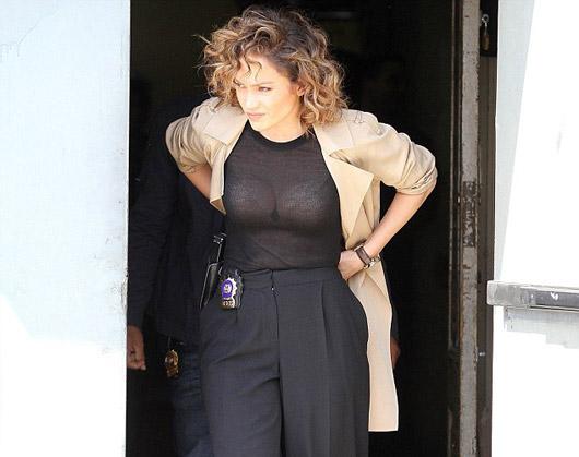 Jennifer Lopez siyah kazağının kurbanı oldu