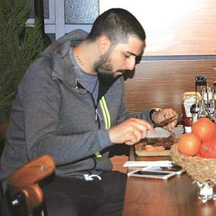 İdo Tatlıses klibinde rol alan güzelle yemekte