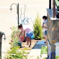 Nurgül Yeşilçay'ın bahçe temizliği