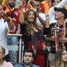 Sneijder'in hamile eşi Galatasaray şampiyonluk maçında yerinde duramadı