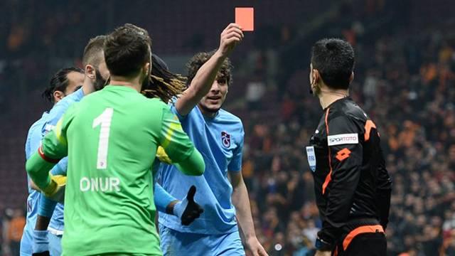 Hakeme kırmızı kart gösteren futbolcuya coşkulu karşılama