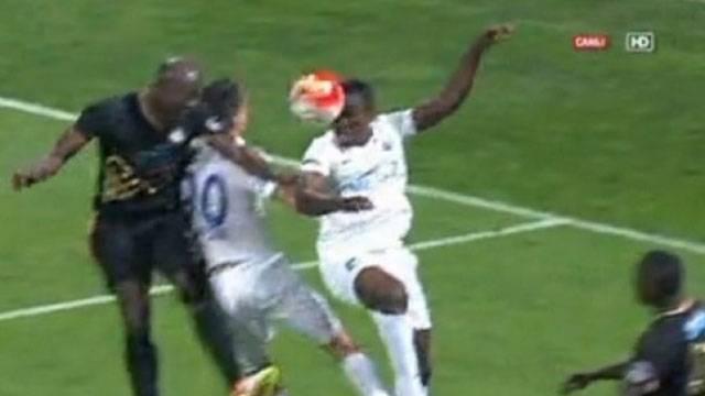 Kasımpaşa - Osmanlıspor maçında çıldırtan pozisyon