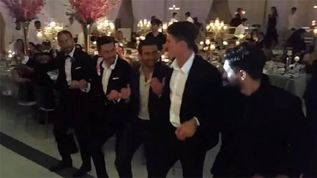 Mario Gomez, Cenk'in düğününde halay çekti