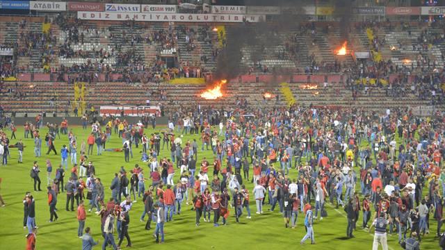 Eskişehirspor taraftarı stadı ateşi verdi!