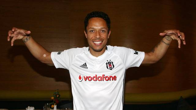 Beşiktaş Adriano'yu KAP'a bildirdi