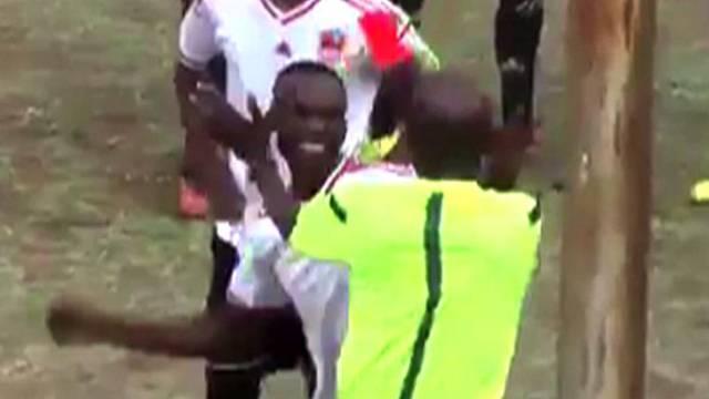 Kırmızı karta sinirlenen futbolcu hakemi yumrukladı