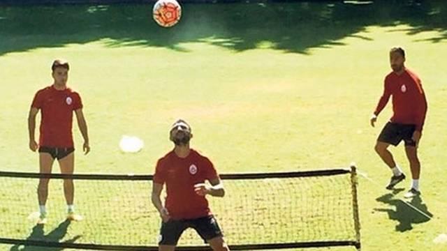 Galatasaray'da ayak tenisi oynayarak para kazanıyorlar