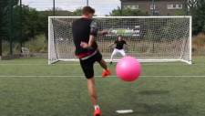 Pilates topu ile penaltı atmak