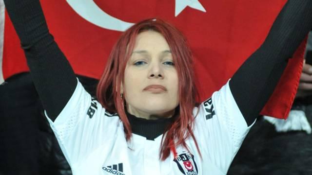 Beşiktaş - Lyon maçına kızıl saçlı kadın damga vurdu