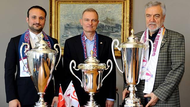 Yakın Doğu Üniversitesi'nde 3 kupa sevinci