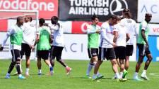 Beşiktaş idmanında Adriano ve Gökhan İnler arasında gerginlik