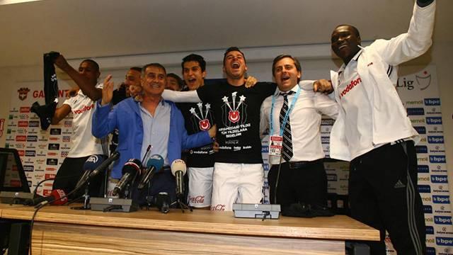 Beşiktaşlı futbolcular basın toplantısını bastı!