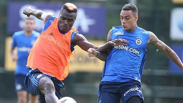Fenerbahçe taraftarından Emenike ve Van der Wiel'e tepki!