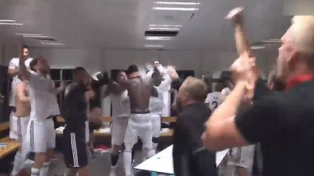 Östersunds futbolcuları soyunma odasında kendinden geçti!