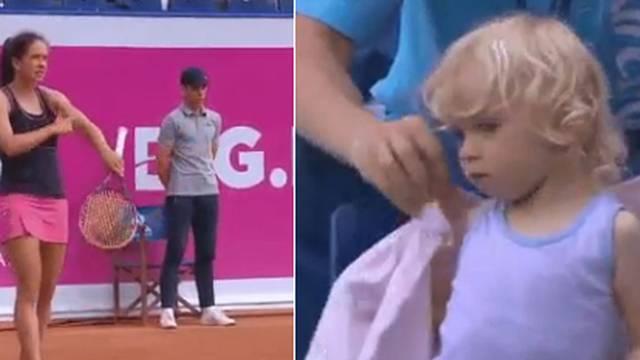 Tenisçi anne maç sırasında kızı üşümesin diye bunu yaptı!