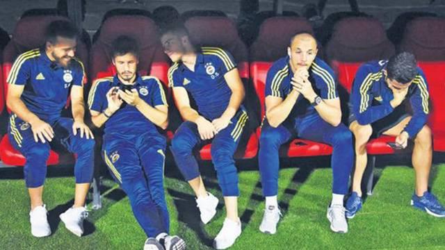 Fenerbahçeli oyuncuların yedek kulübesindeki görüntü çıldırttı