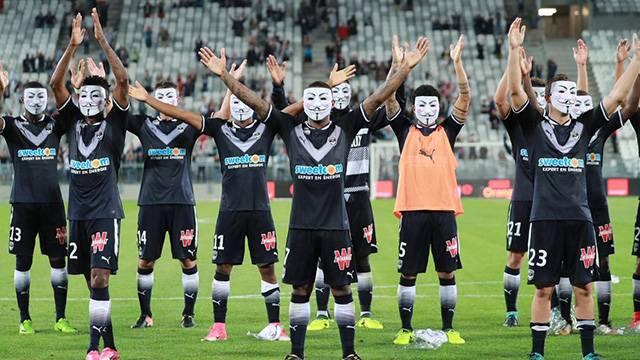 Bordeaux'lu futbolcular taraftardan maskeyle özür diledi
