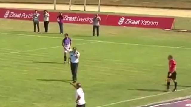 Türkiye Kupası maçında polis telefonla konuşarak sahaya girdi