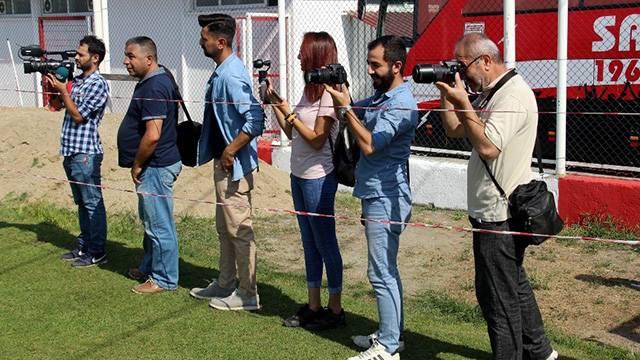 Alpay Özalan basın mensuplarına 5 m2'lik yer ayırdı, etrafına şerit çektirdi