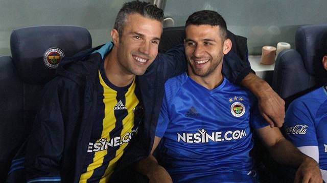 Fenerbahçe taraftarından Robin van Persie'ye protesto