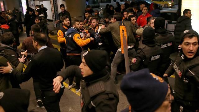 Başakşehir taraftarıyla polisler birbirine girdi!
