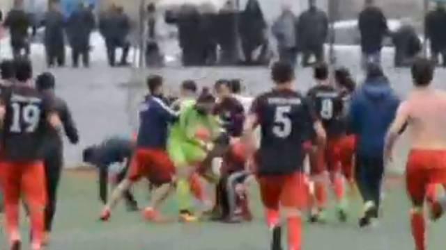 Amatör maçta futbolcuların tekme tokat kavgası kamerada