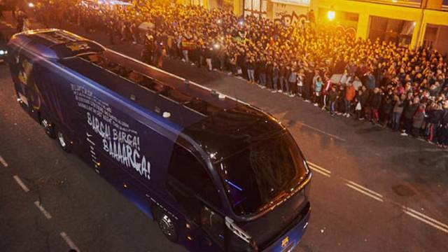 Valencia taraftarı Barcelona otobüsüne saldırdı!