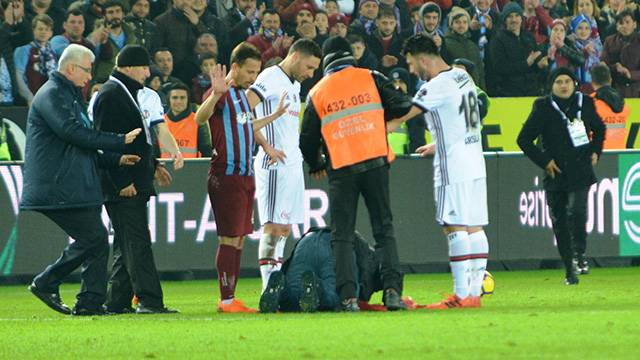 Trabzonspor-Beşiktaş maçında sahaya taraftar girdi