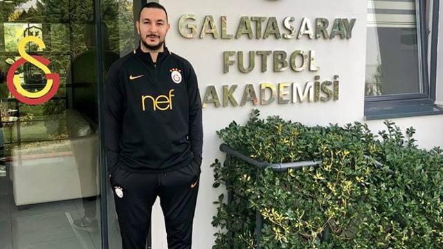 Galatasaraylı Necati Ateş, Fenerbahçeli taraftarla dalga geçti